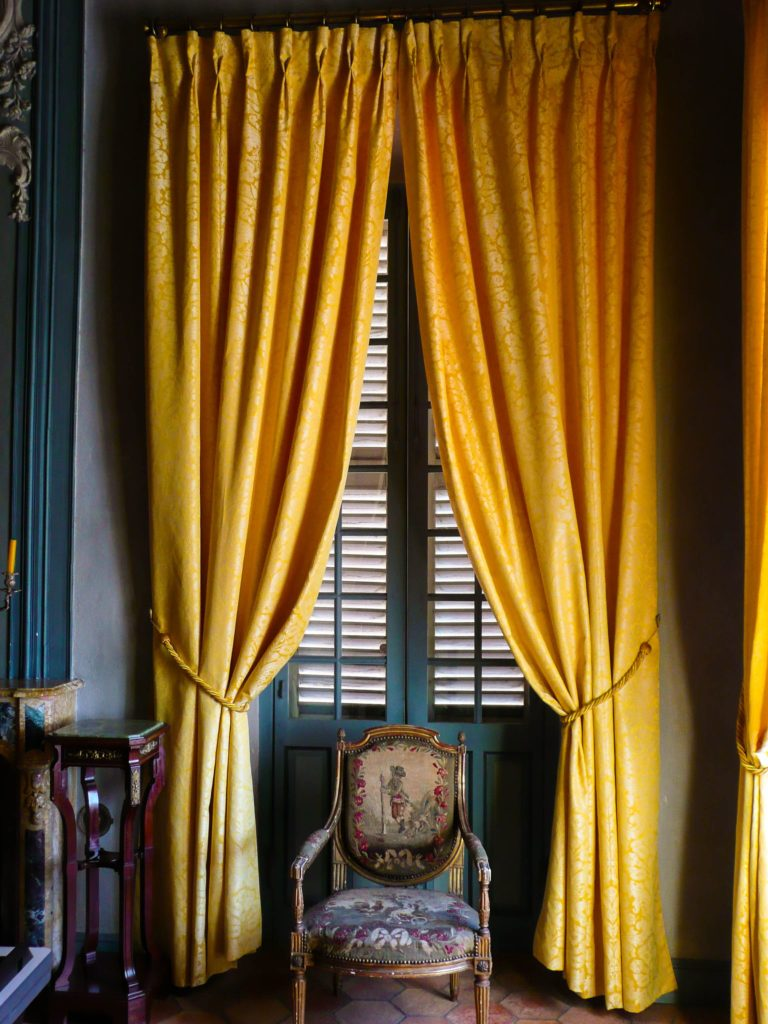 rideaux jaunes dans Villa Fragonard