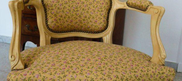 fauteuil beige foncé à motifs