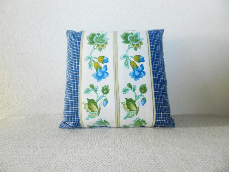 coussin bleu motifs fleurs