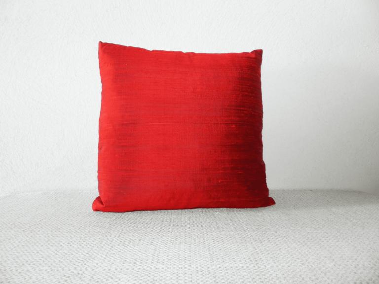 coussin rouge tissus soie