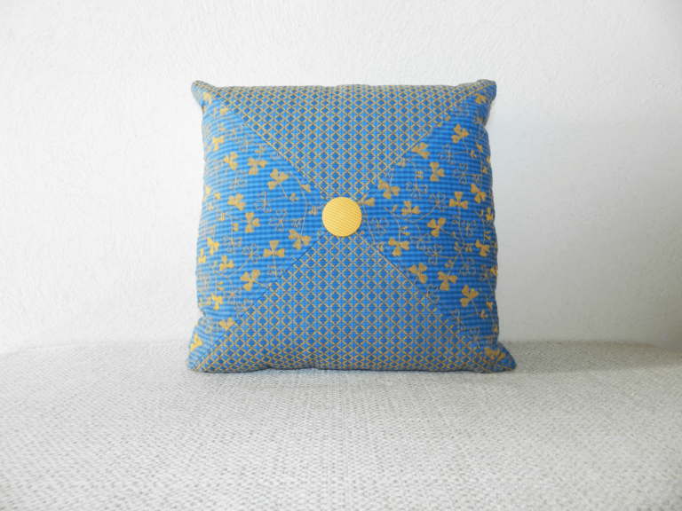 coussin tissu bleu motifs jaunes