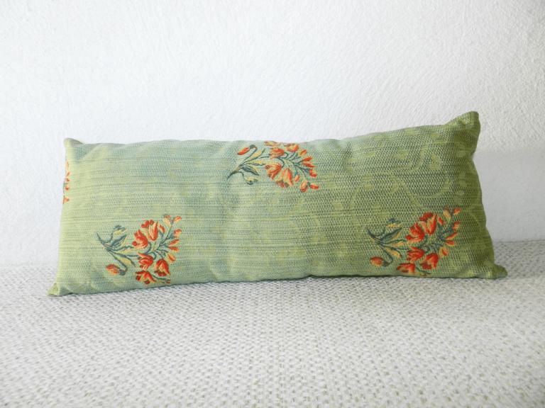 repose-nuque avec motifs fleurs et fond vert