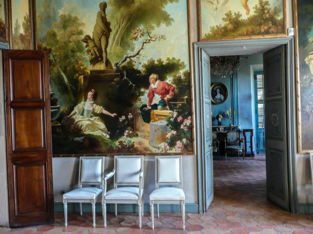 Sièges blancs dans la Villa Fragonard