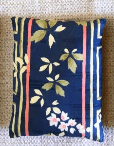 cale-porte bleu foncé motifs fleurs
