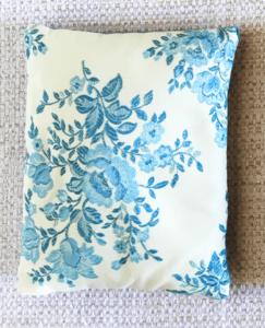 cale-porte 11 fond blanc motifs fleurs bleues