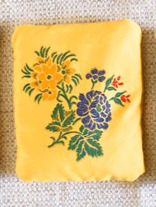 cale-porte fond jaune motifs fleurs blleues et jaunes
