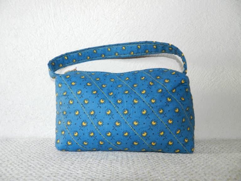 pochette bleue avec anse et petits motifs fleuris jaunes