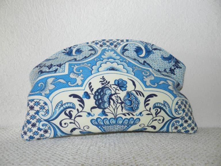 pochette bleue et blanche à motifs fleurs