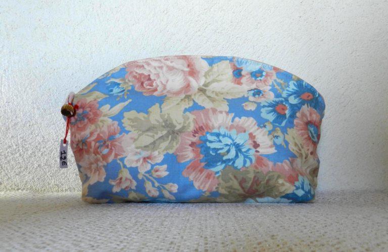 pochette bleue à motifs fleuris roses et beiges