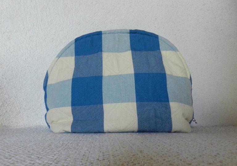 pochette à carreaux bleus et blancs