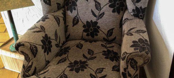 fauteuil marron avec motifs fleuris