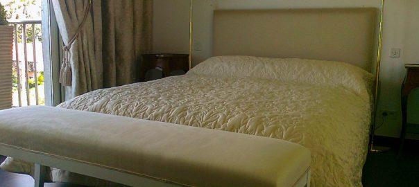 literie et banc de lit blanc