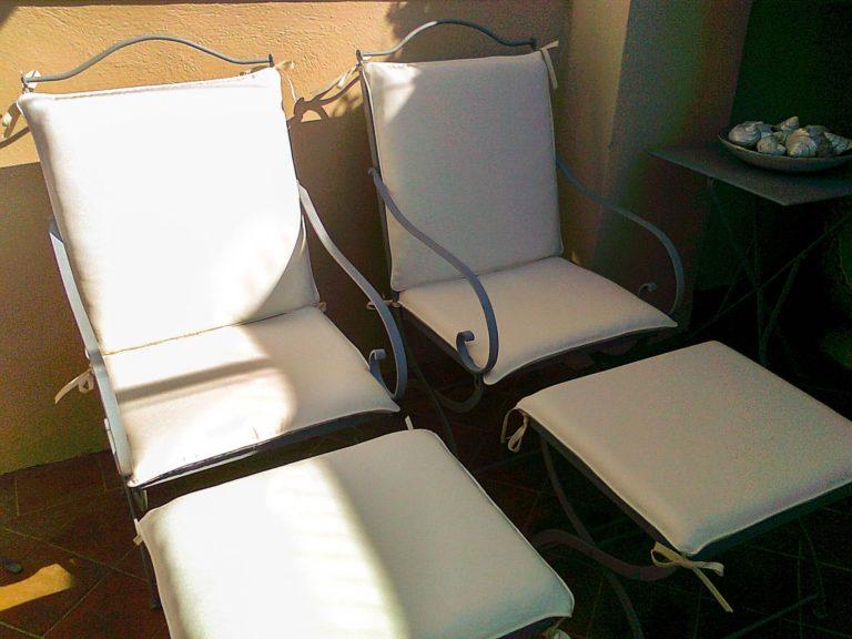 chaises de jardins et reposes pieds blancs