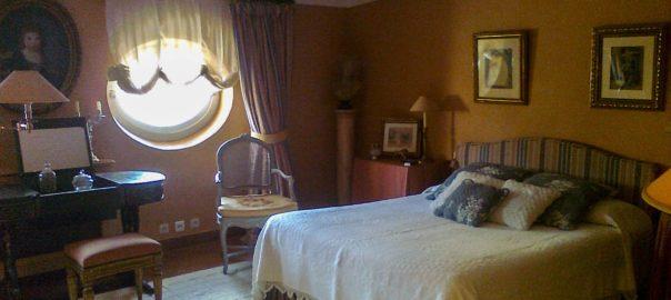 chambre et lit avec jetée de lit
