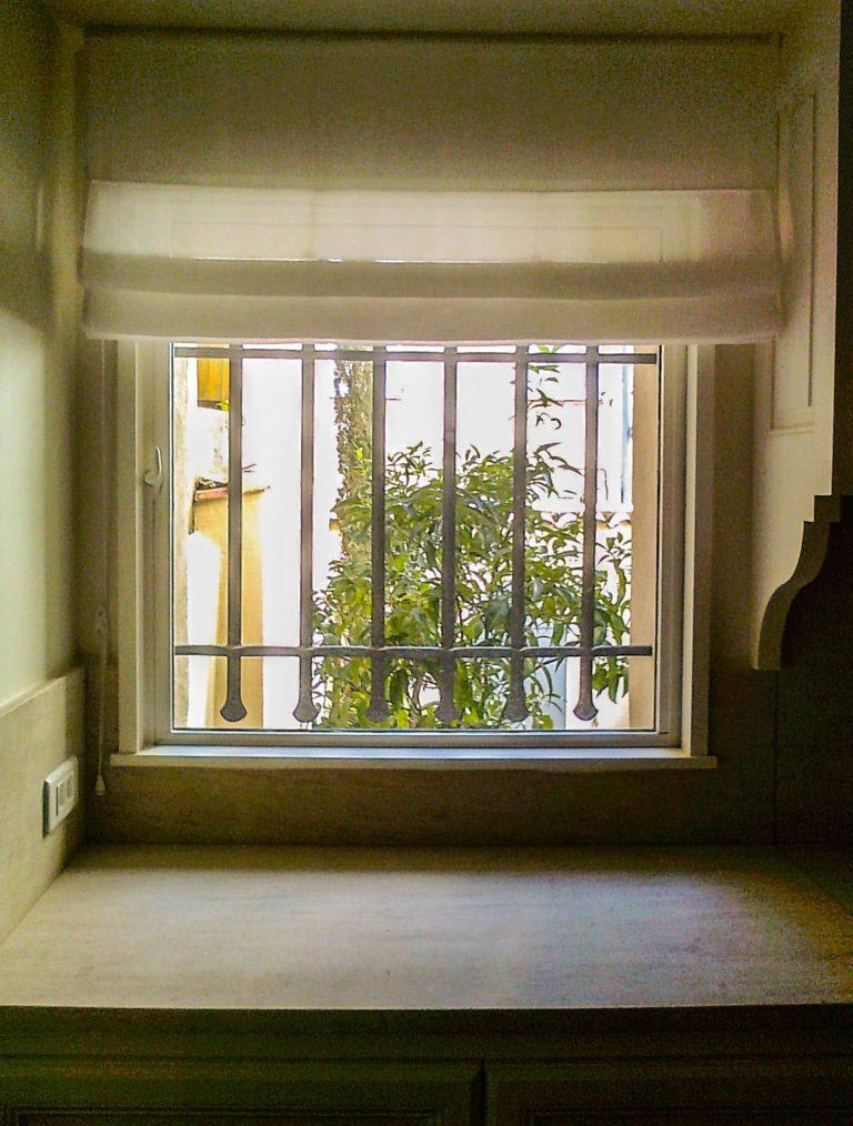 fenêtre avec stores blancs