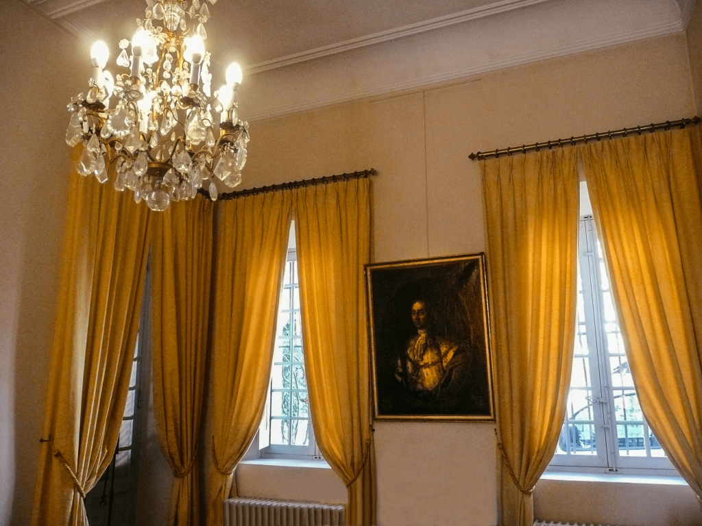 rideaux jaunes dans la Villa Fragonard