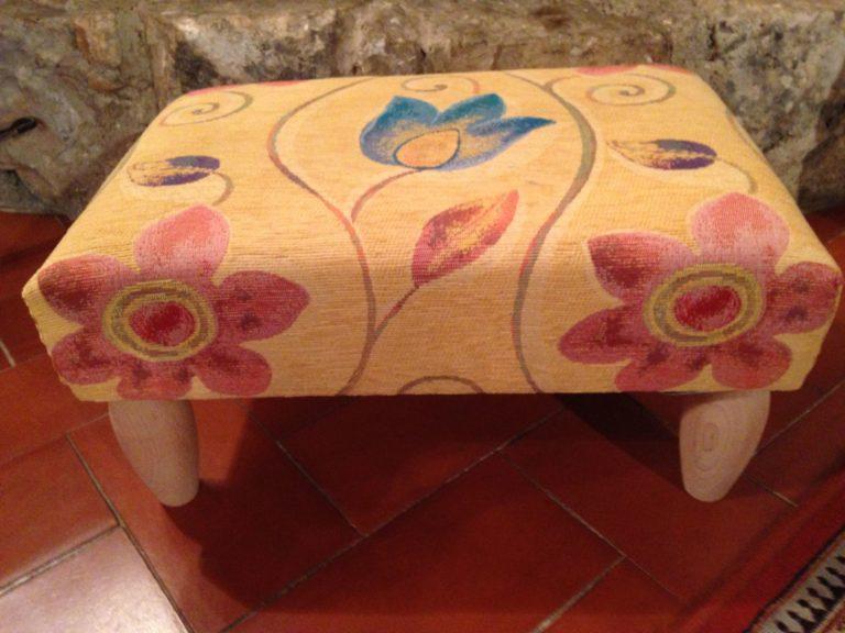 repose-pieds jaune à motifs fleurs