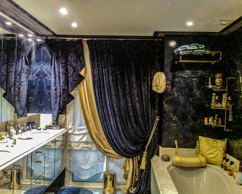salle de bain avec rideaux jaune velours
