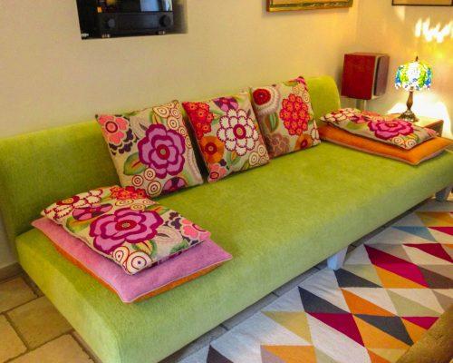 canapé et coussins colorés