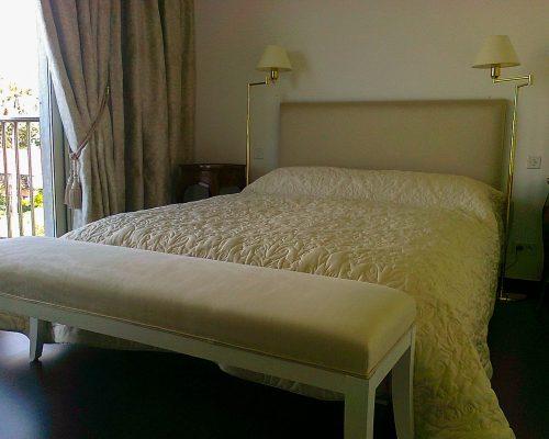 lit et banc de lit blancs